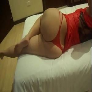 Esposa de lingerie vermelha dando de quatro