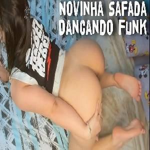 Novinha gostosona fazendo uma strip funk