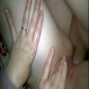 Esposinha safada dando o cú enquanto se masturba