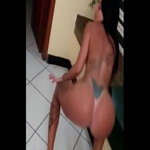 Atriz pornô boazuda gostosa  dançando funk peladinha
