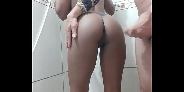 Moreninha linda da buceta apertada transando no banho
